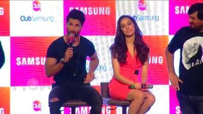 News video: HAIDER Couple Shahid Kapoor & Shraddha Kapoor Promote FILM With Club Samsung – PART 2
